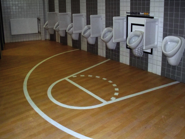 Bet365-ambient-marketing-basket-toilettes-WC-toilets-alternatif-creativity-sticker-advertising-sport-1-600x451